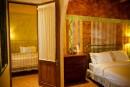 Family Deluxe Suite ห้องใหญ่ชั้นล่างของตึกพาราสโซสำหรับครอบครัว 4 ท่านมีระเบียง